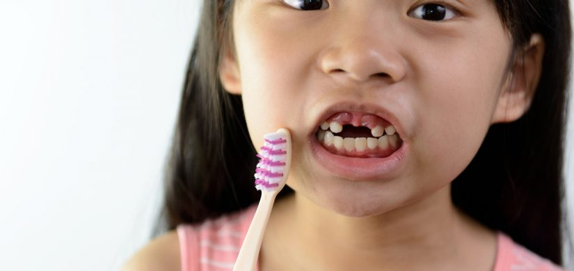 little-girl-without-front-teeth-with-tooth-brush-GZ62VD8